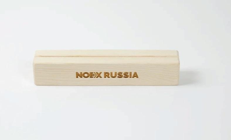 тейбл тент А4 с деревянным основанием и гравировкой