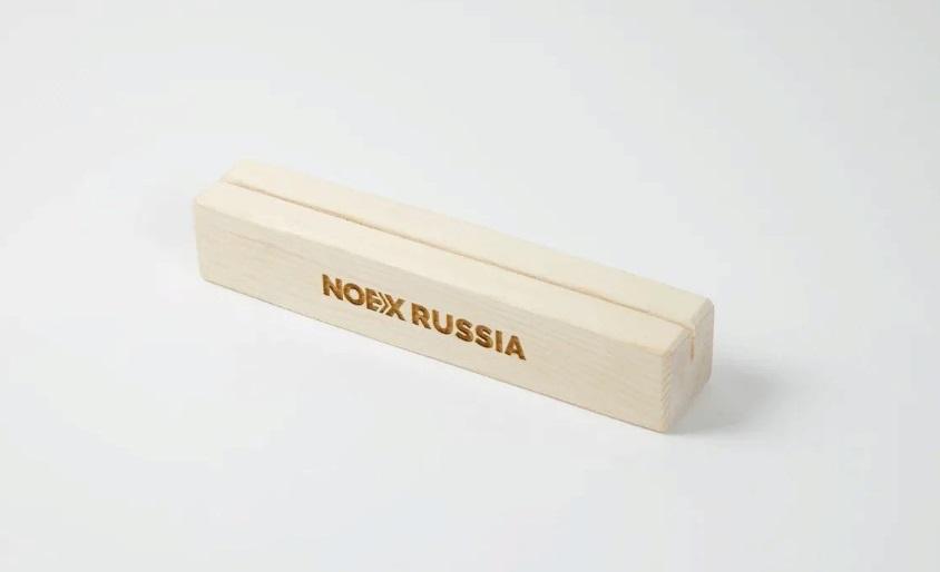 тейбл тент с деревянным основанием и гравировкой А4